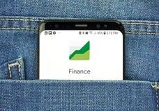 Google Finance na telefonu ekranie w kieszeni obrazy stock