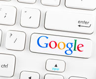 Google-Firmenzeichen auf einem Tastaturknopf Lizenzfreies Stockfoto