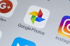 Google foto plus applikationsymbol på Apple iPhone X avskärmar närbild Google plus fotosymbol Google fotoapplikation samkväm Arkivbild