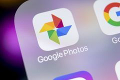 Google foto plus applikationsymbol på Apple iPhone X avskärmar närbild Google plus fotosymbol Google fotoapplikation samkväm Fotografering för Bildbyråer