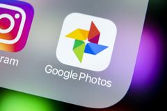 Google foto plus applikationsymbol på Apple iPhone X avskärmar närbild Google plus fotosymbol Google fotoapplikation samkväm Arkivbilder