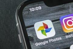 Google foto plus applikationsymbol på Apple iPhone X avskärmar närbild Google plus fotosymbol Google fotoapplikation samkväm Royaltyfri Bild