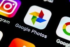 Google foto plus applikationsymbol på Apple iPhone X avskärmar närbild Google plus fotosymbol Google fotoapplikation samkväm Royaltyfria Foton