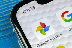 Google foto plus applikationsymbol på Apple iPhone X avskärmar närbild Google plus fotosymbol Google fotoapplikation samkväm royaltyfri fotografi