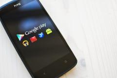 Google gioca sullo smartphone Fotografie Stock Libere da Diritti