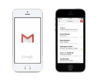 Google Gmail app och Gmail inbox på vit- och svartApple iPhones Arkivbilder
