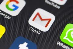 Google Gmail applikationsymbol på närbild för skärm för smartphone för Apple iPhone 8 Gmail app symbol Gmail är den populäraste i Arkivfoto
