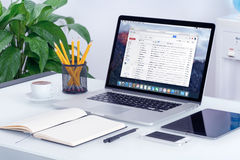 Google Gmail interfejs na Jabłczanym MacBook ekranie na biurowym biurku Zdjęcie Royalty Free
