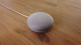 Google hem- kortkort - starta Mini Smart Home Voice Assistant stock video