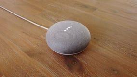 Google-Huis Mini - het Gecontroleerde Gadget die van de Smart Homestem Medewerker aan Bevel antwoorden stock videobeelden