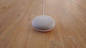 Google-Huismini smart home voice assistant Gecontroleerd Gadget die aan Bevel antwoorden stock footage