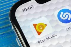 Google joga o ícone da aplicação da música no close-up da tela do iPhone X de Apple Google joga o ícone do app Google joga a apli Fotos de Stock