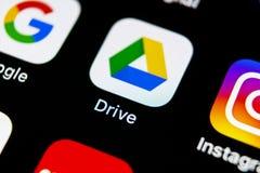 Google kör applikationsymbolen på närbild för skärm för Apple iPhone X Google kör symbolen Google kör applikation anslutningar fö Royaltyfria Foton