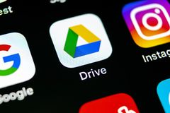 Google kör applikationsymbolen på närbild för skärm för Apple iPhone X Google kör symbolen Google kör applikation anslutningar fö Fotografering för Bildbyråer