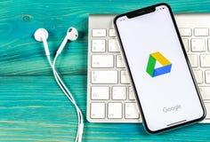 Google kör applikationsymbolen på närbild för skärm för Apple iPhone X Google kör symbolen Google kör applikation anslutningar fö royaltyfri bild
