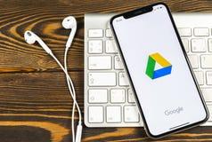 Google kör applikationsymbolen på närbild för skärm för Apple iPhone X Google kör symbolen Google kör applikation anslutningar fö royaltyfria bilder