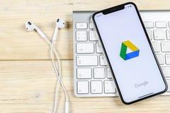 Google kör applikationsymbolen på närbild för skärm för Apple iPhone X Google kör symbolen Google kör applikation anslutningar fö arkivbild