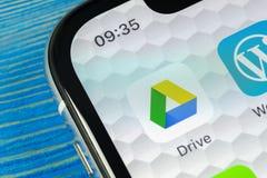 Google kör applikationsymbolen på närbild för skärm för Apple iPhone X Google kör symbolen Google kör applikation anslutningar fö arkivfoto