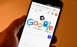 Google klottrar med den 131. årsdagen av hålstansmaskin Royaltyfri Fotografi