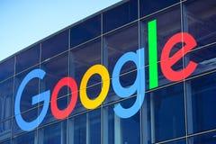 Google-Logo auf einem der Gebäude aufgestellt in Googleplex lizenzfreie stockfotos