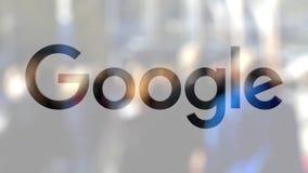 Google logo na szkle przeciw zamazanemu tłumowi na steet Redakcyjny 3D rendering Obraz Stock