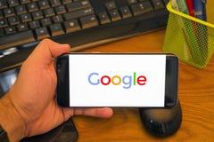 Google logo på den Samsung mobilen arkivbild