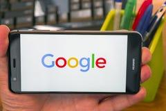 Google logo på telefonen royaltyfri foto