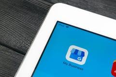 Google Mój Biznesowego zastosowania ikona na Jabłczanego iPad Pro parawanowym zakończeniu Google Mój Biznesowa ikona Google Mój b Fotografia Stock