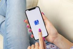 Google Mój Biznesowego zastosowania ikona na Jabłczanym iPhone X ekranie w kobiet rękach Google Mój Biznesowa ikona Google Mój bi Zdjęcia Royalty Free