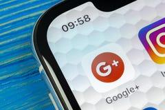 Google mais o ícone da aplicação no close-up da tela do smartphone do iPhone X de Apple Google mais o ícone do app Google+ Ícone  Foto de Stock Royalty Free