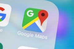 Google Maps在苹果计算机iPhone x屏幕特写镜头的应用象 Google Maps象 Google Maps应用 黑板企业白垩黑板画媒体网络网络连接人照片社交的概念连接数 库存照片