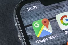 Google Maps-Anwendungsikone auf Apple-iPhone X Schirmnahaufnahme Google Maps-Ikone Google- Mapsanwendung Vernetzungskonzeptfoto d Stockfotos