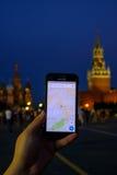 拿着有跑的男性手Google Maps app一个智能手机 库存照片