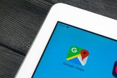 Google Maps applikationsymbol på närbild för Apple iPadpro-skärm Google Maps symbol Google Maps applikation anslutningar för begr royaltyfri foto