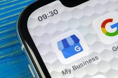 Google meu ícone da aplicação empresarial no close-up da tela do iPhone X de Apple Google meu ícone do negócio Google minha aplic Imagens de Stock Royalty Free