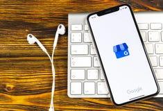 Google min symbol för affärsapplikation på närbild för skärm för Apple iPhone X Google min affärssymbol Google min affärsapplikat royaltyfria foton
