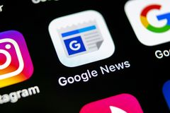Google News在苹果计算机iPhone x智能手机屏幕特写镜头的应用象 Google News app象 3d网络照片回报了社交 社会媒介象 库存图片