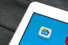 Google News applikationsymbol på närbild för skärm för Apple iPadpro-smartphone Google News app symbol bilden för nätverket 3d fr Arkivbilder