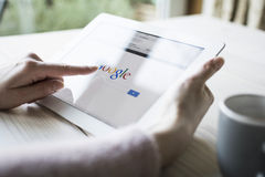 Google op ipad Royalty-vrije Stock Foto's