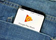Google Play Music auf einem Telefonschirm in einer Tasche stockbilder