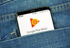 Google Play Music em uma tela do telefone em um bolso imagem de stock