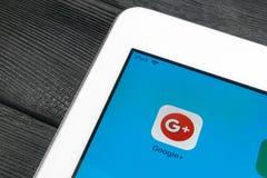Google plus applikationsymbol på Apple iPadpro-smartphonen avskärmar närbild Google plus app-symbol Google Social massmediasymbol Fotografering för Bildbyråer