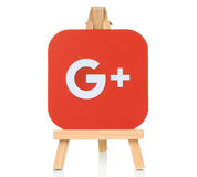 Google plus embleem op houten schildersezel wordt geplaatst die Royalty-vrije Stock Foto's