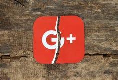 Google plus l'icône imprimée sur le papier, déchirée et mise sur le vieux Ba en bois photo libre de droits