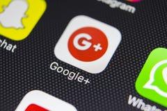 Google plus podaniowa ikona na Jabłczanego iPhone 8 smartphone parawanowym zakończeniu Google plus app ikona Google Zdjęcie Royalty Free