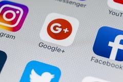 Google plus podaniowa ikona na Jabłczanego iPhone 8 smartphone parawanowym zakończeniu Google plus app ikona Google Fotografia Royalty Free