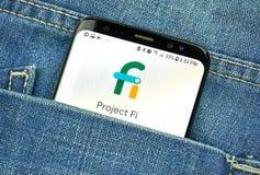 Google-Project FI op het telefoonscherm in een zak royalty-vrije stock foto's