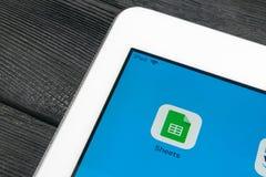 Google prześcieradeł ikona na Jabłczanego iPad smartphone ekranu Pro zakończeniu Google ciąć na arkusze ikonę 3d sieć obrazek odp Obrazy Royalty Free