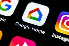 Google returnerar applikationsymbolen på närbild för skärm för smartphone för Apple iPhone X Symbol för Google hemapp bilden för  Arkivbild