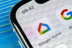 Google returnerar applikationsymbolen på närbild för skärm för smartphone för Apple iPhone X Symbol för Google hemapp bilden för  Arkivfoton